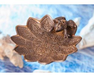 Stäbchenhalter aus Messing - Frosch auf Lotusblatt