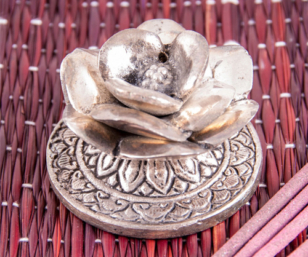 Süsser Räucherstäbchenhalter aus Weissmetall - Rose